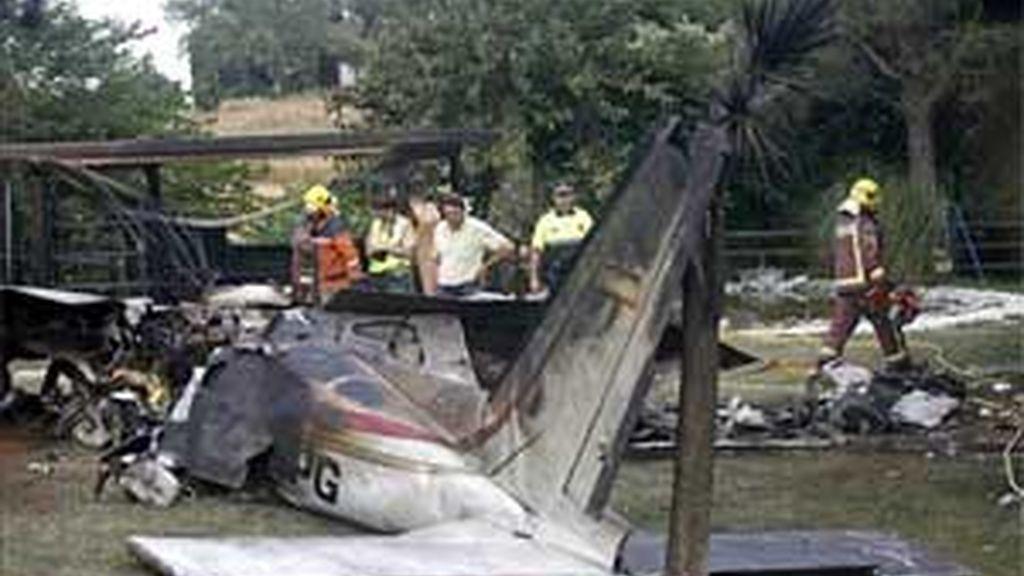 La avioneta ha caído de cara al suelo y a tan solo seis metros de la vivienda, después de pararse el motor y dar dos vueltas en espiral. Foto: EFE.