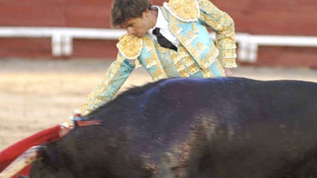 El diestro Eugenio de Mora da un derechazo a su morlaco durante la corrida del Corpus Christi celebrada en la plaza de toros de Toledo. Foto: EFE