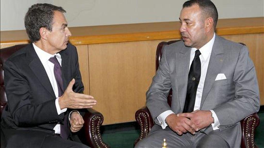 El presidente del Gobierno español, José Luis Rodríguez Zapatero (i), durante una entrevista con el rey de Marruecos, Mohamed VI. EFE/Archivo