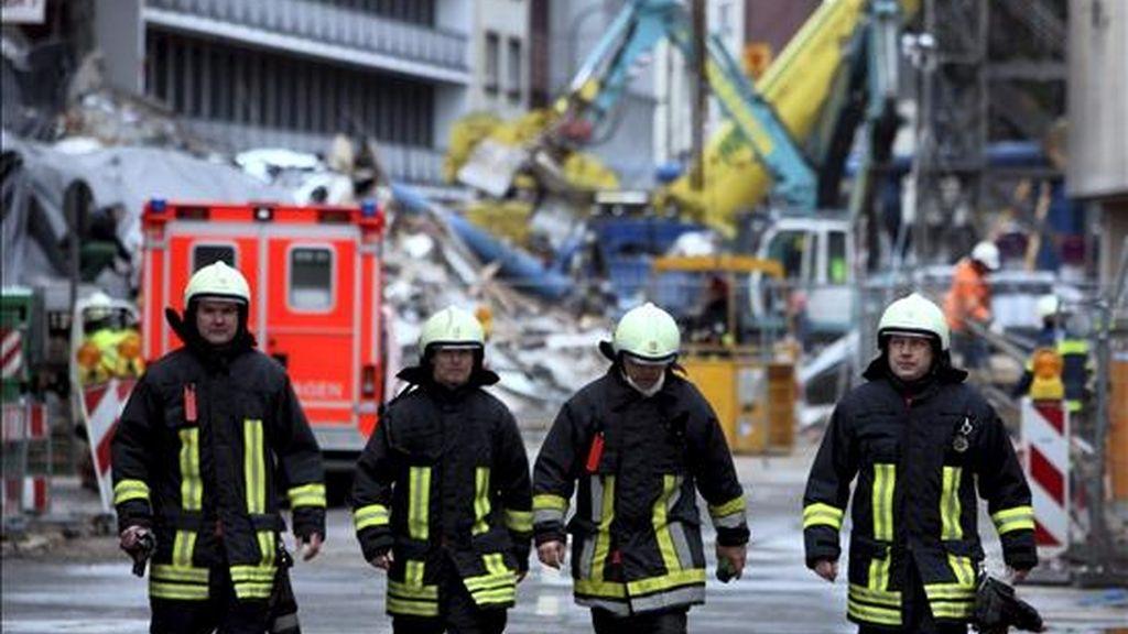 En la imagen, varios bomberos durante un derrumbe en Colonia (Alemania). EFE/Archivo