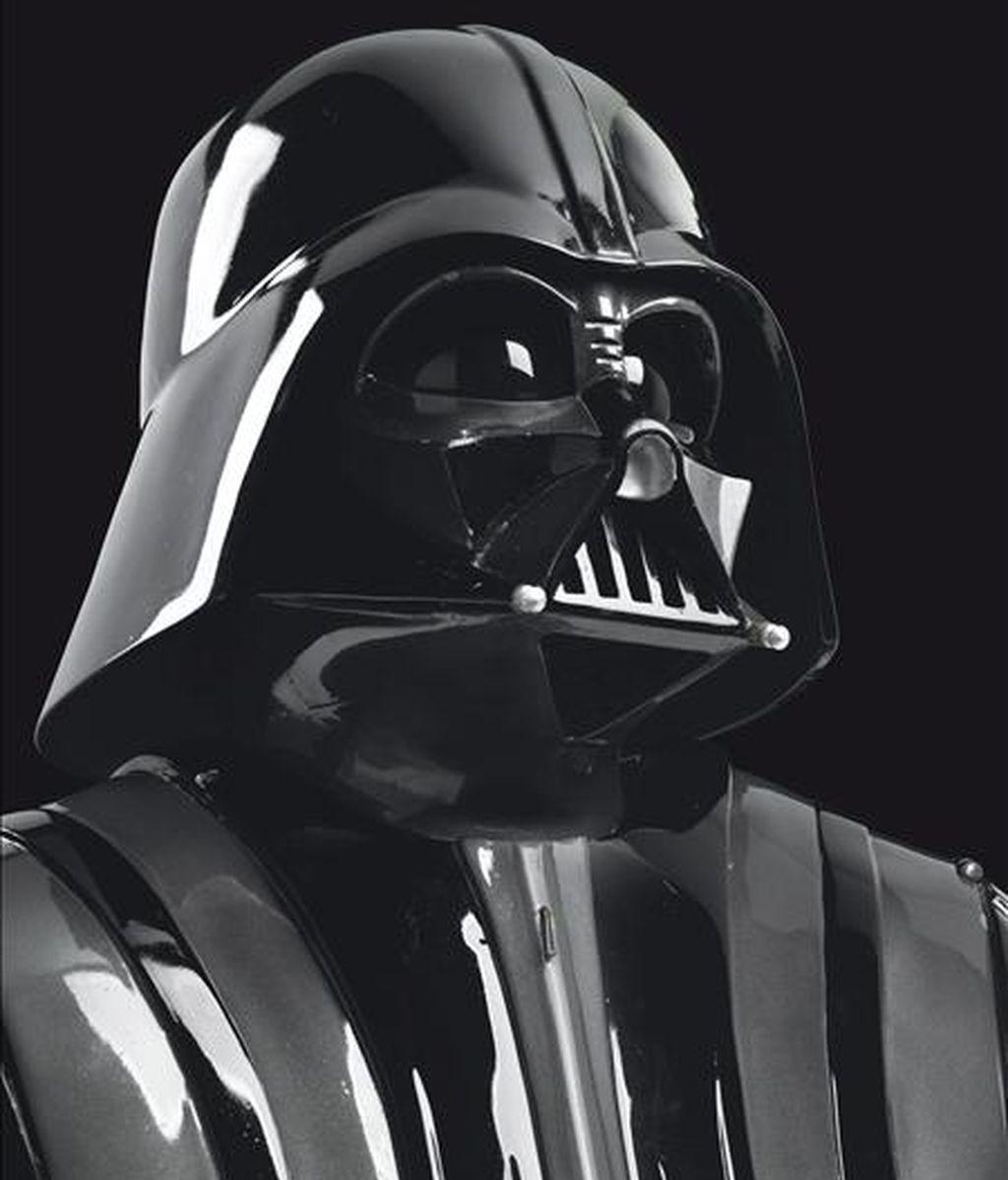 Foto sin fechar, facilitada por la casa de subastas Christie's, que muestra el traje original de Darth Vader, el malo de la saga 'La Guerra de las Galaxias' de George Lucas. EFE