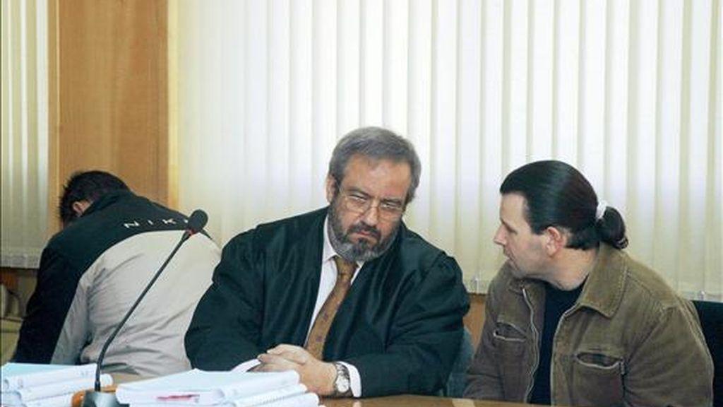 Los dos acusados (en la imagen, junto a su abogado), durante el juicio. EFE/Archivo