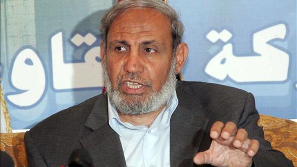 El ex ministro de Exteriores palestino Mahmud Zahar (c) de Hamás se dirige a los medios de comunicación durante una rueda de prensa en Damasco (Siria) el 18 de octubre 2008. Zahar participa en las negociaciones en El Cairo para lograr una tregua duradera. EFE
