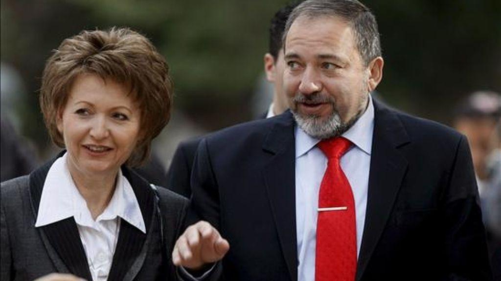 El nuevo ministro de Exteriores israelí, Avigdor Lieberman (dcha), acompañado de su mujer Ela (izq), asisten a la ceremonia de traspaso de poderes en la residencia del presidente israelí, Simón Peres, en Jerusalén (Israel) ayer miércoles 1 de abril. EFE