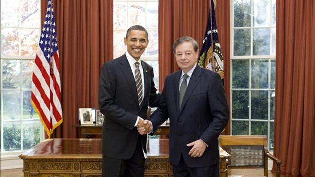 Fotografía cedida por la Casa Blanca este 9 de diciembre, en la que se observa al presidente de Estados Unidos, Barack Obama (i), junto al embajador colombiano, Gabriel Silva (d), en la Oficina Oval de la Casa Blanca, este martes 7 de diciembre de 2010, durante la ceremonia de presentación de cartas credenciales de Silva. EFE