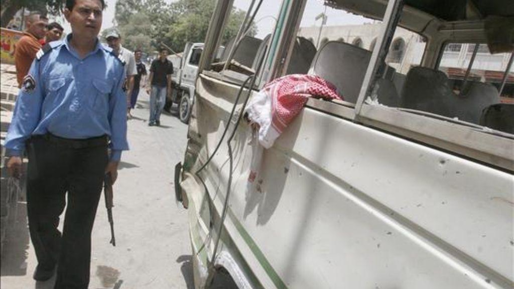 Un policía inspecciona un autobús cerca del lugar donde ha estallado una bomba en el distrito de Karrada, Bagdad. EFE