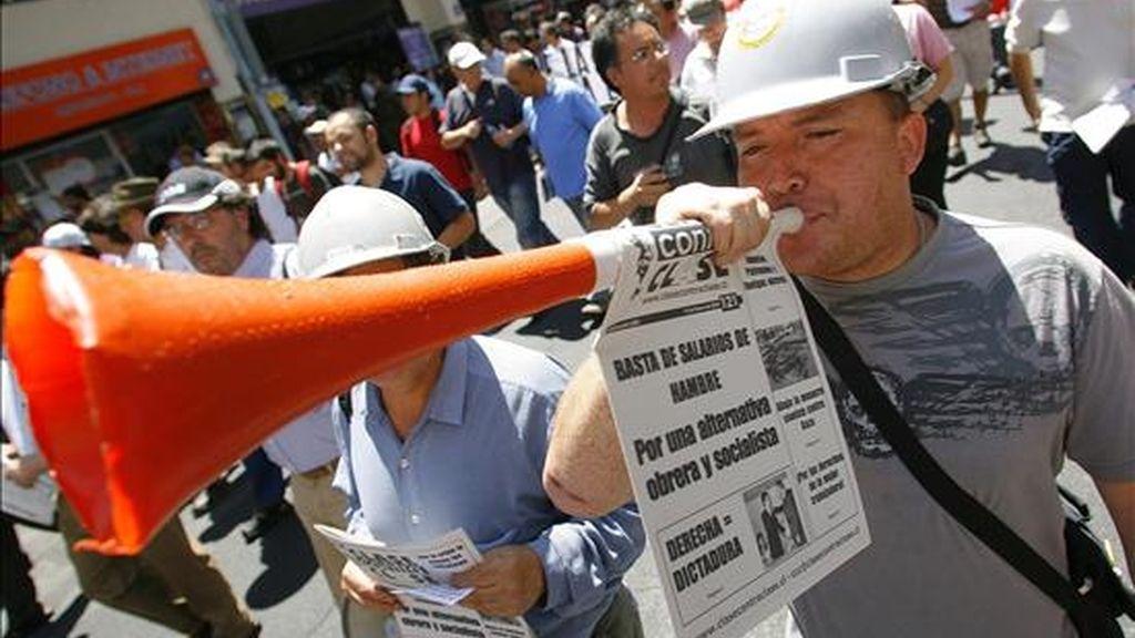 Un obrero de la construcción se manifiesta el pasado 3 de febrero, durante una marcha por el centro de Santiago (Chile), en protesta por los despidos masivos que se han producido en diferentes empresas a nivel nacional. EFE/Archivo