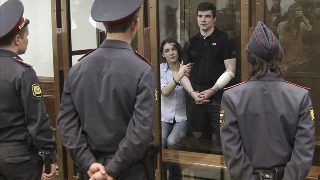El nacionalista Nikita Tíjonov (d) y su pareja de hecho, Yevguenia Jasis (i), esperan el veredicto de un jurado popular sobre el asesinato del abogado Stanislav Markélov y la periodista Anastasía Babúrova, en un Tribunal de la ciudad de Moscú (Rusia), hoy, viernes 6 de mayo de 2011. EFE