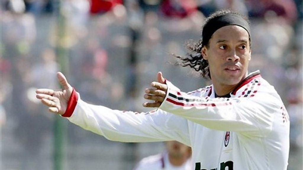 Ronaldinho, en un partido con el Milán esta temporada. FOTO: EFE.