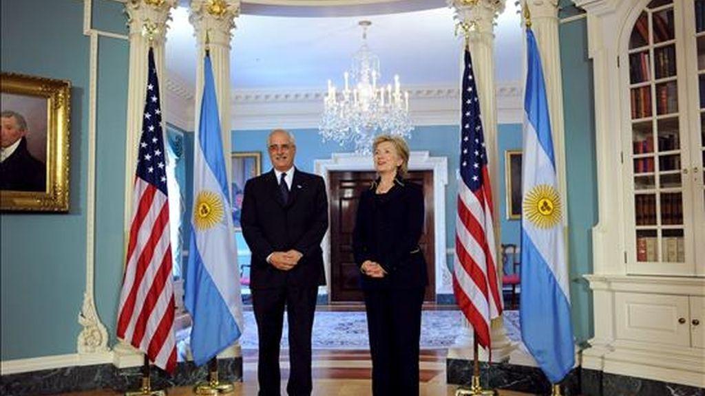 La secretaria de Estado de EE.UU., Hillary Clinton (d), posa junto al canciller de Argentina, Jorge Taiana, antes de la reunión bilateral que se llevó a cabo en el departamento de Estado, en Washington. EFE