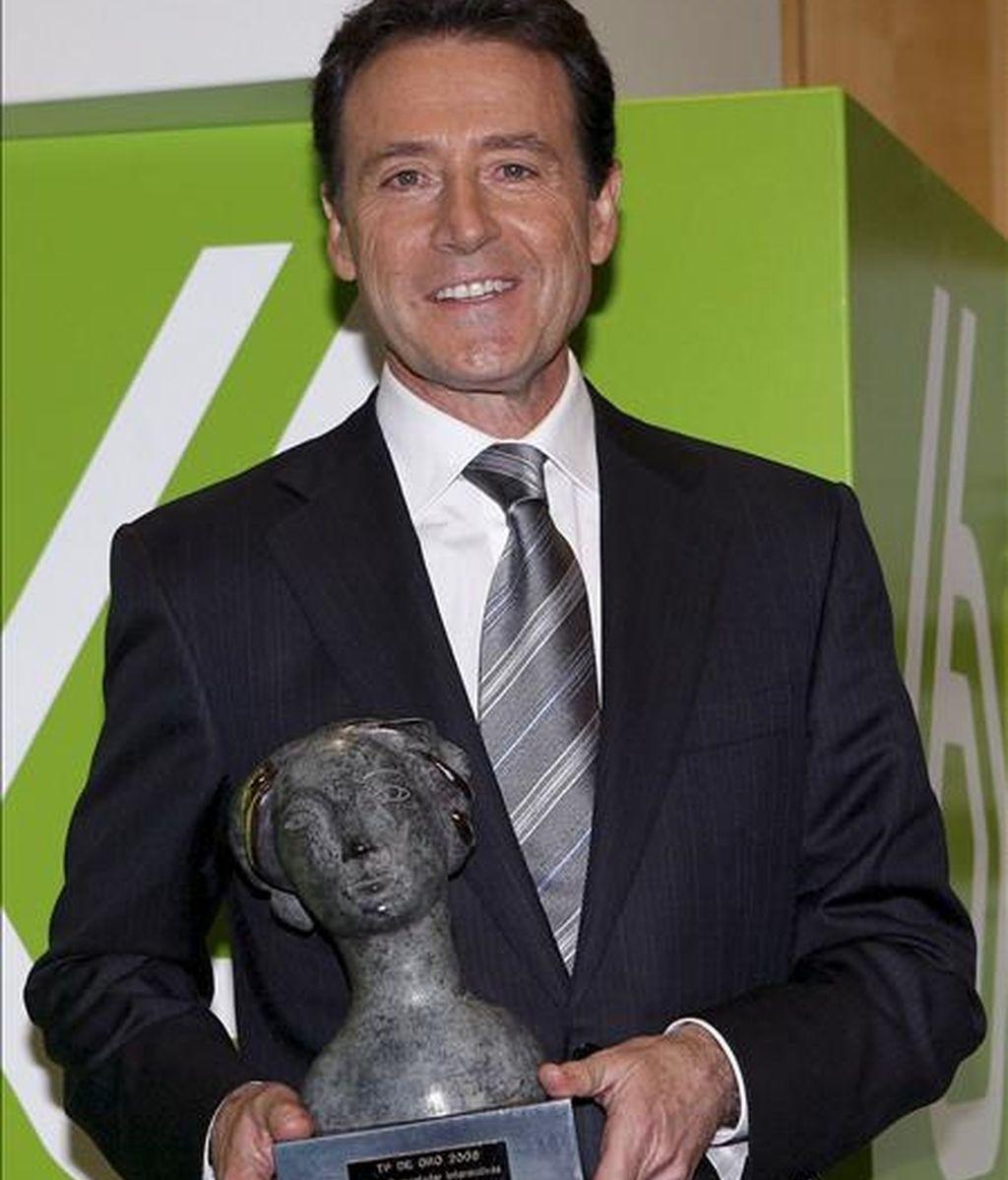 """Matías Prats, locutor de Antena 3, ha recibido el TP de Oro al """"Mejor presentador de Informativos"""" durante la gala de los TP de Oro 2008, celebrada esta noche en Madrid. EFE"""