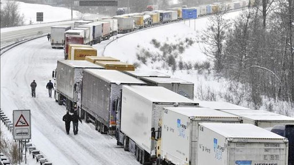 Camiones atascados ayer en la autopista A9 cerca de Schleiz, Alemania. EFE