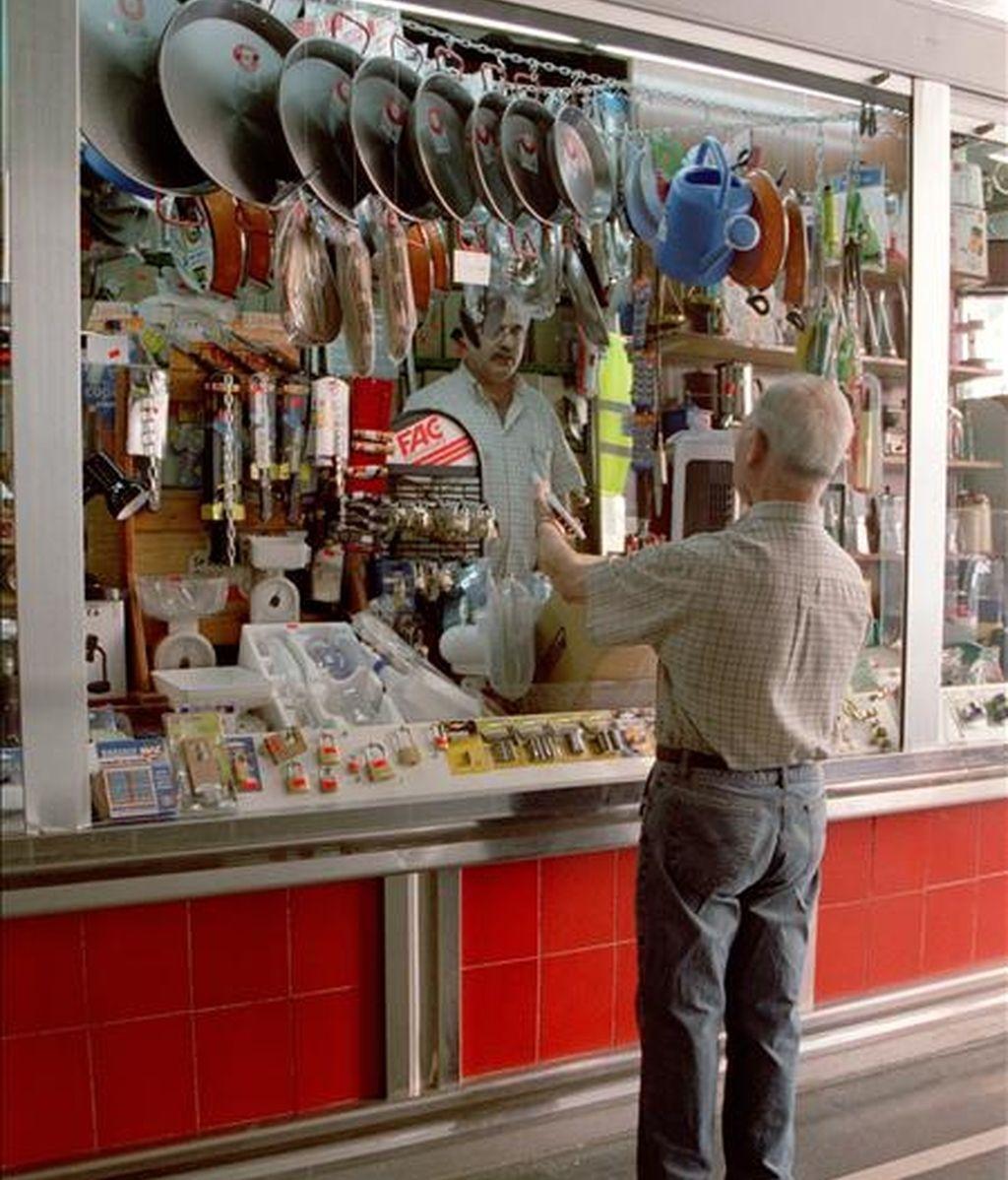 Puesto de menaje del hogar en un mercado madrileño. EFE/Archivo