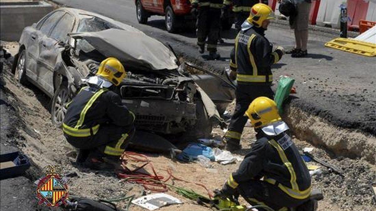 Efectivos del cuerpo de Bomberos de Palma durante las labores de rescate de un padre y su hijo que han resultado heridos de gravedad, tras sufrir un aparatoso accidente de tráfico ayer en Palma. EFE