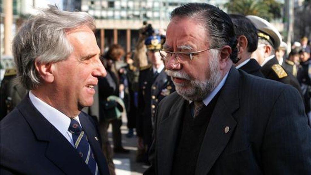 El presidente uruguayo, Tabaré Vázquez (i), y el ministro de Defensa, José Bayardi (d), participan en el acto oficial de conmemoración de los 245 años del natalicio del prócer José Gervasio Artigas, en la Plaza Independencia de Montevideo (Uruguay). EFE