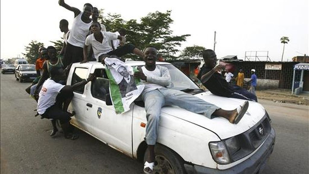 Seguidores del candidato presidencial Alassane Ouattara celebran en las calles tras el anuncio de su victoria en las elecciones. Con un día de retraso, el Consejo Electoral Independiente anunció que Ouattara venció con un 54% de los votos al actual jefe del Estado, Laurent Gbagbo. EFE