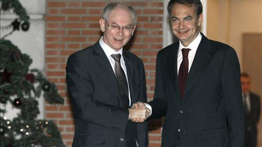 Los presidentes del Gobierno, José Luis Rodríguez Zapatero (d), y del Consejo Europeo, Herman Van Rompuy antes de la reunión que han mantenido esta tarde en el Palacio de la Moncloa. EFE