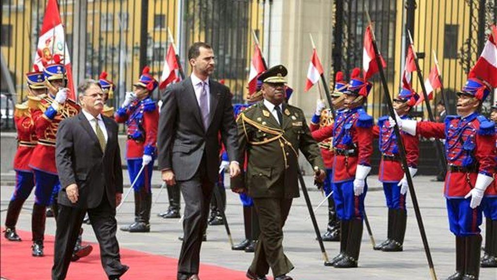 El Príncipe Felipe recibe honores militares a su llegada al Palacio de Gobierno en Lima, donde los Príncipes de Asturias comienzan una visita oficial a Perú para fortalecer las relaciones bilaterales. EFE