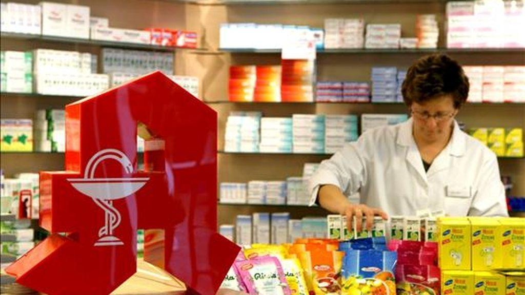 Una farmaceútica ordena unos medicamentos. EFE/Archivo