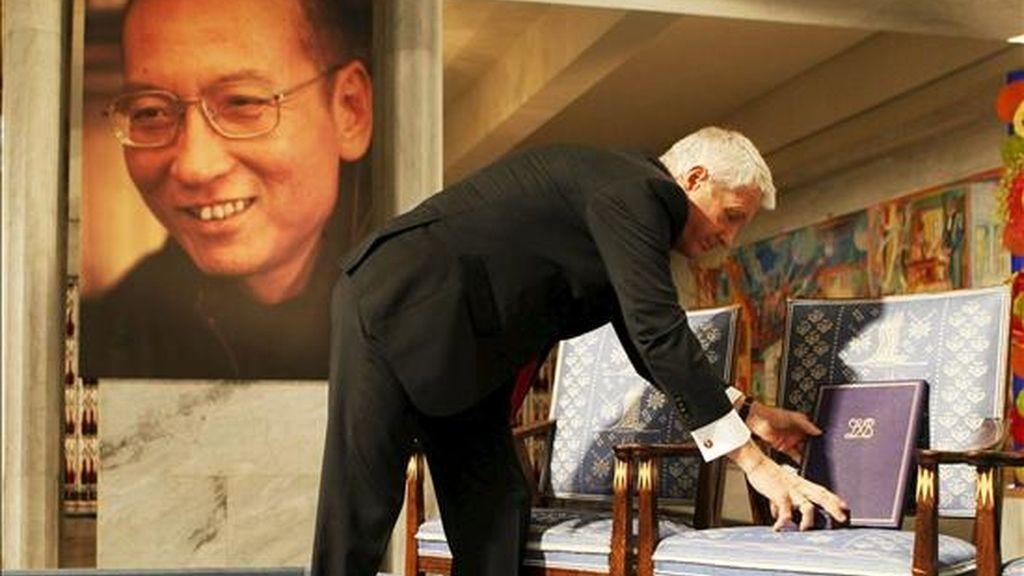 El secretario del Comité Nobel noruego, Thorbjoern Jagland, coloca en una silla vacía el diploma del Premio Nobel de la Paz 2010 durante la ceremonia de entrega al ganador Liu Xiaobo en Oslo (Noruega) hoy, 10 de diciembre de 2010. La silla vacía representa al disidente Liu Xiaobo que cumple una condena de 11 años de prisión en una cárcel de Liaoning (noreste de China). EFE