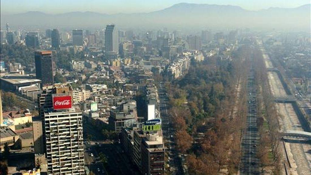 Imagen de la ciudad de Santiago de Chile, durante un amnecer bajo un alto del índice de contaminantes. EFE