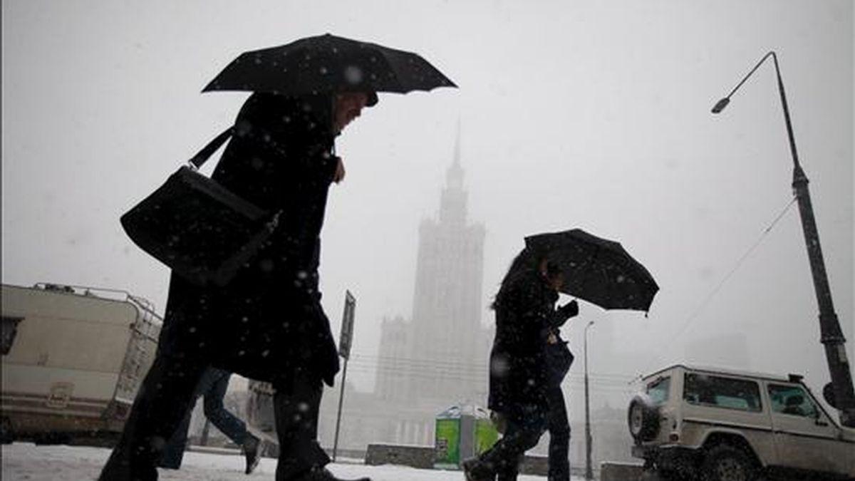 Varios ciudadanos caminan por la nieve ante el Palacio de Cultura y Ciencia en Varsovia, Polonia, el  29 de noviembre de 2010. Al menos once personas han muerto por las bajas temperaturas en Polonia. EFE