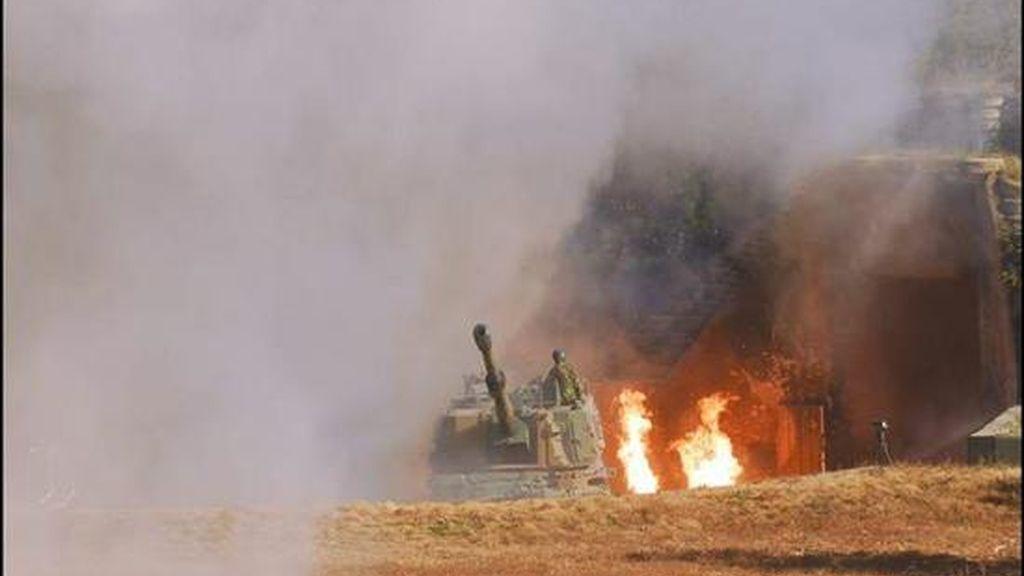 En la imagen, la base de la armada surcoreana en la isla de Yeonpyeong envuelta en humo y fuego después de que Corea del Norte disparara cerca de 170 rondas de artillería en ese sector de la isla el pasado 23 de noviembre. EFE/ESTADO MAYOR CONJUNTO