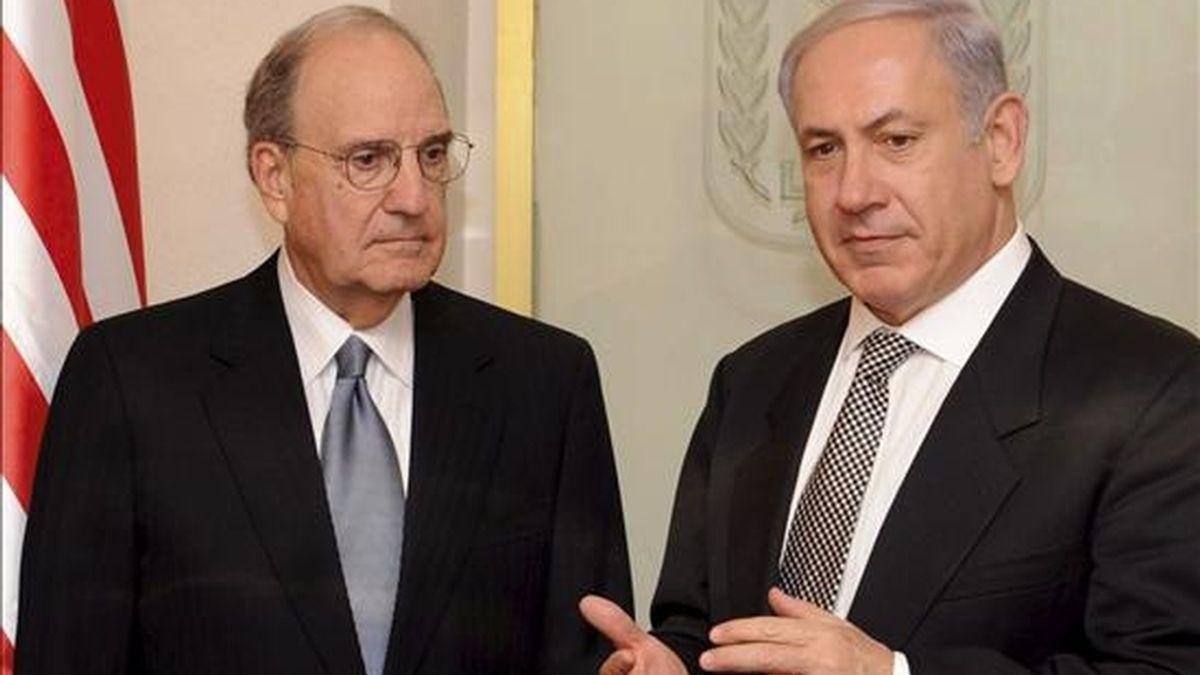 Imagen facilitada por el gobierno israelí que muestra al primer ministro israelí, Benjamín Netanyahu, (d), durante el encuentro que ha mantenido con el enviado especial de la Casa Blanca para Oriente Medio, George Mitchell, (i), en Jerusalén, Israel. EFE