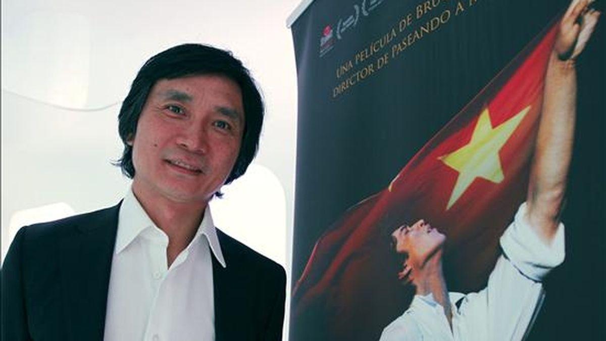 """El bailarín chino Li Cunxin, que escapó del régimen comunista para convertirse en primera figura del ballet de Houston (EEUU), durante la entrevista con Efe en la que ha hablado de la presentación en España de su autobiografía bajo el título de """"El último bailarín de Mao"""", que también ha tenido su versión cinematográfica dirigida por Bruce Beresford. El libro que llega a España editado por Kailas y la película, que se estrenará el 17 de diciembre, recogen una gesta con todos los ingredientes para la emoción: la superación, la adversidad, la crónica política de la Revolución Cultural y el descubrimiento personal. EFE"""