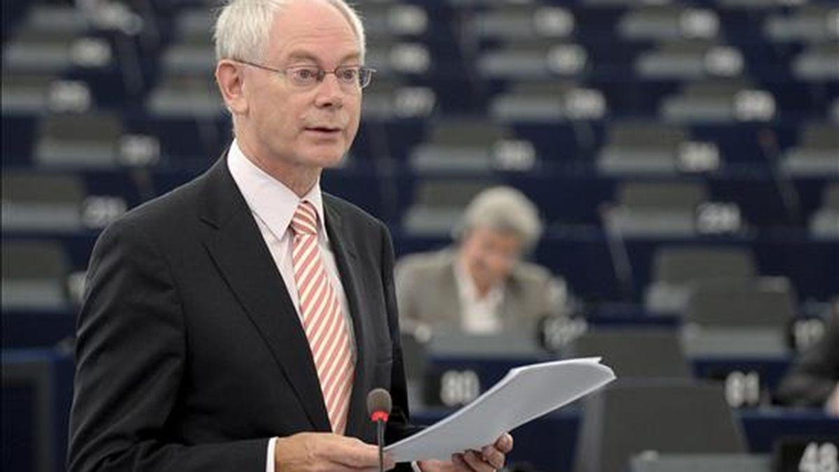 El presidente del Consejo Europeo, Herman Van Rompuy, pronuncia su discurso sobre las conclusiones de la cumbre de jefes de Estado y de Gobierno de la UE celebrada el pasado 16 de septiembre, durante la sesión plenaria mensual del Parlamento Europeo, hoy en Estrasburgo (Francia). EFE