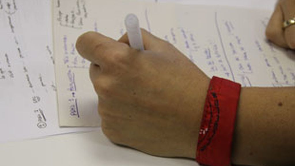 Un jefe noruego ordena a sus empleadas que luzcan un brazalete rojo cuando tienen la regla.