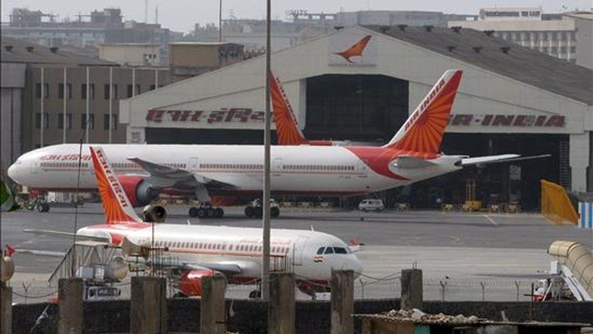 Aviones de Air India permanecen parados en el aeropuerto de Bombay (India). EFE/Archivo