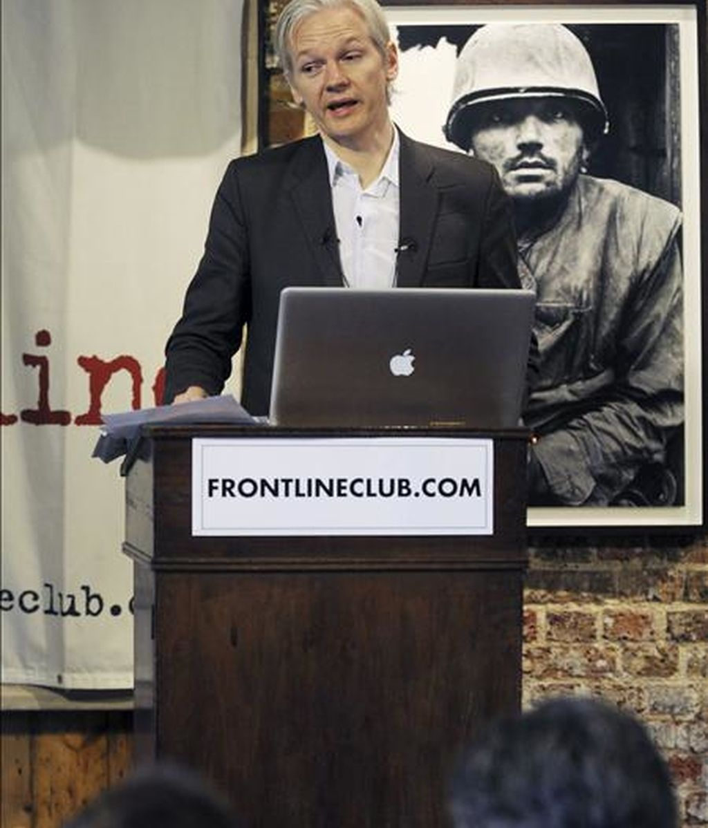 Fotografía tomada el 26 de julio de 2010 que muestra al fundador de Wikileaks, Julian Assange, durante una rueda de prensa en el Frontline Club de Londres (Reino Unido). El Tribunal Supremo de Suecia rechazó hoy el recurso de la defensa de Julian Assange, fundador del polémico portal de internet Wikileaks, y mantuvo la orden de ingreso en prisión en su contra por varios supuestos delitos sexuales. EFE