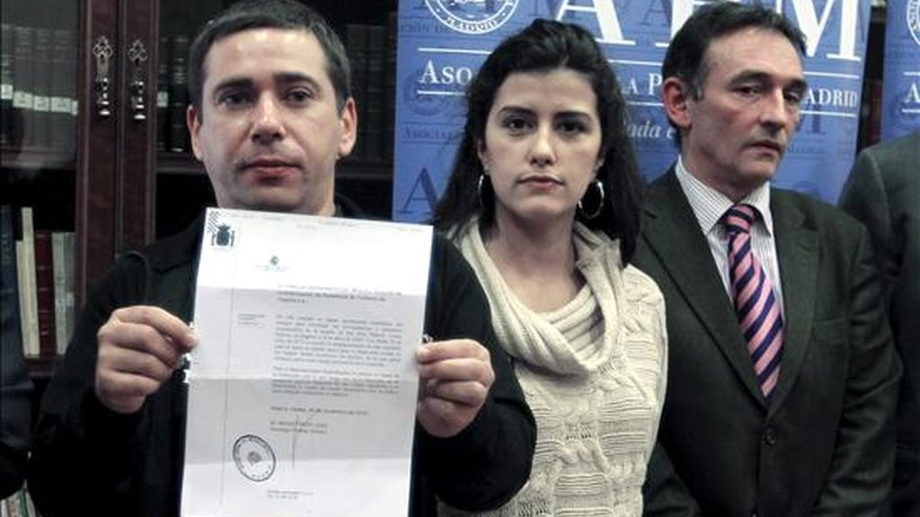 Javier Couso, hermano del cámara de Telecinco José Couso, fallecido en Irak el 8 de abril de 2003; la periodista Olga Rodríguez, que presenció su muerte, y el abogado Enrique Santiago (izda-dcha), antes de la rueda de prensa que ofrecieron hoy, tras la filtración a Wikileaks de documentos sobre la postura del Gobierno español ante la investigación judicial de la muerte del reportero. EFE