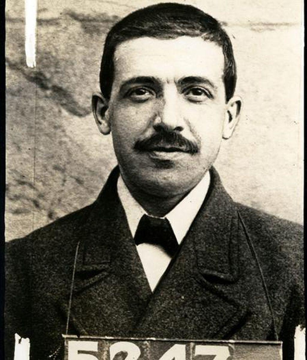 """Foto policial sin fecha de Charles Ponzi, el estafador italiano que dio origen al denominado""""esquema Ponzi"""", en una imagen que forma parte de una exposición sobre los mayores escándalos financieros en la historia de Estados Unidos. EFE"""