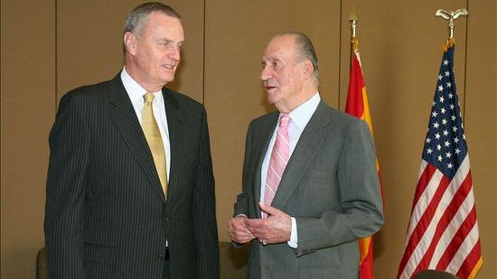 El Rey Juan Carlos conversa con el consejero de Seguridad Nacional de la Casa Blanca, el general James Jones, hoy en Miami, donde los Reyes concluyen una gira americana. EFE
