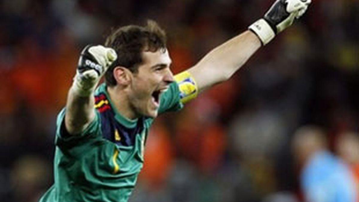 Iker Casillas celebra el campeonato nada más pitar el final del partido. Foto: EFE