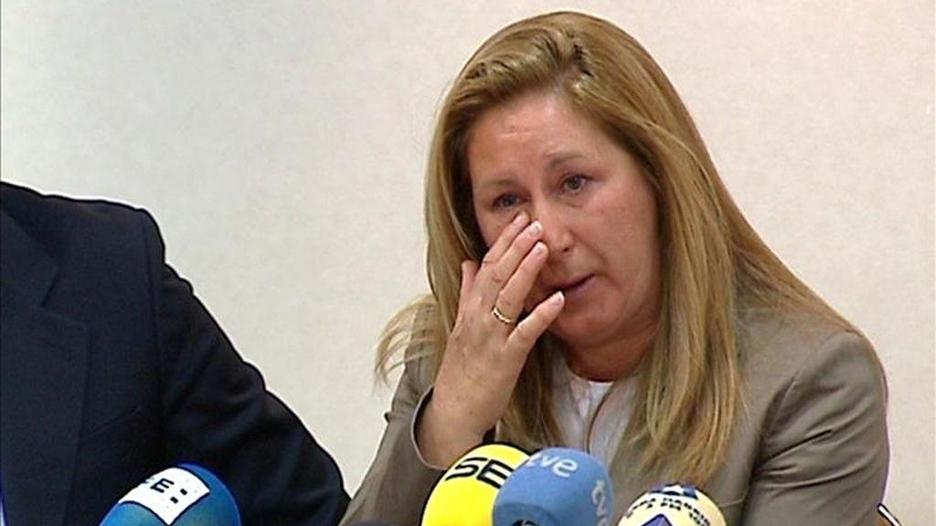 Imagen captada de EFE-TV de madre de un niño, alumno del Colegio Suizo de Madrid, que presuntamente fue víctima de marginación y agresiones durante dos años sin que la dirección del colegio tomara medidas para impedirlo a pesar de la petición expresa de los padres que han comparecido  junto a su abogado ante la prensa. EFE
