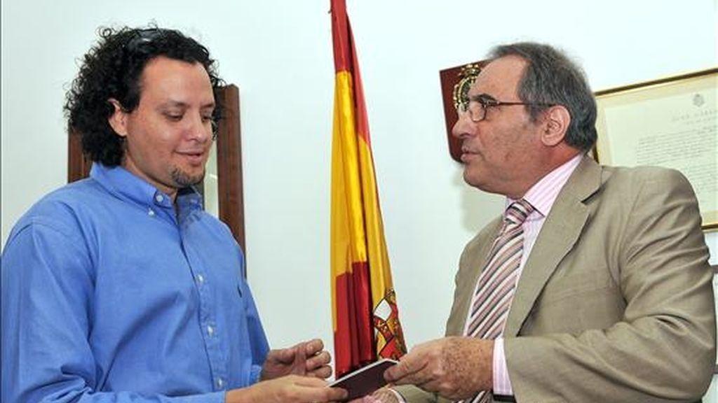Norberto Díaz es el primer ciudadano cubano en obtener el pasaporte español. Vídeo: Informativos Telecinco.