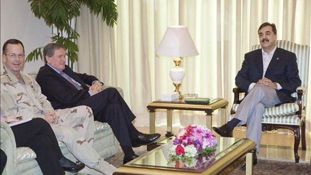 El enviado especial de EEUU para Afganistán y Pakistán, Richard Holbrooke (c), y el jefe del Ejército estadounidense, almirante Mike Mullen, conversan con el primer ministro de Pakistán, Yusuf Raza Gilani, durante la reunión mantenida en Islamabad, Pakistán, el 7 de abril de 2009. EFE