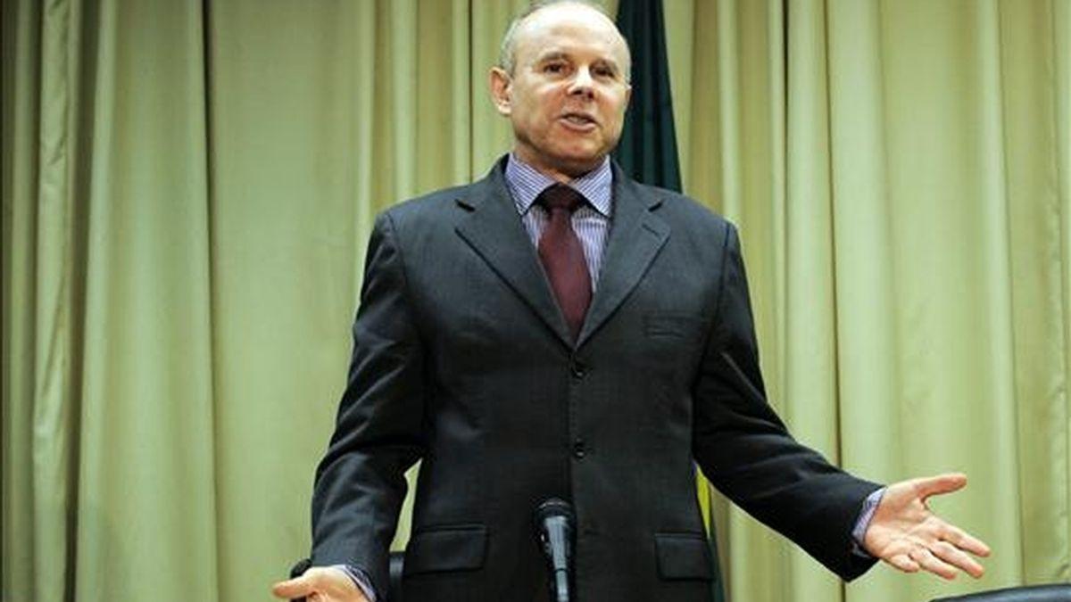 El ministro brasileño de Hacienda, Guido Mantega, habla durante una rueda de prensa en Brasilia (Brasil), en la que anunció que el país adquirirá 10.000 millones de dólares de bonos expedidos por el Fondo Monetario Internacional (FMI) para ayudar a financiar el organismo multilateral. EFE