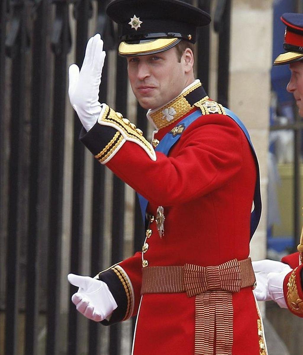 El príncipe Guillermo de Inglaterra saluda a su llegada a la Abadía de Westminster, en Londres, en donde hoy contraerá matrimonio con su prometida, Kate Middleton. EFE