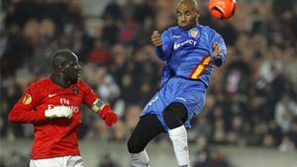 Los fallos defensivos que tanto le están costando al Sevilla no tardaron en aparecer. Foto: AP.