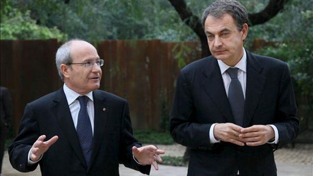 El presidente del Gobierno español, José Luis Rodríguez Zapatero (d), junto a su homólogo de la Generalitat de Cataluña, José Montilla. EFE/Archivo