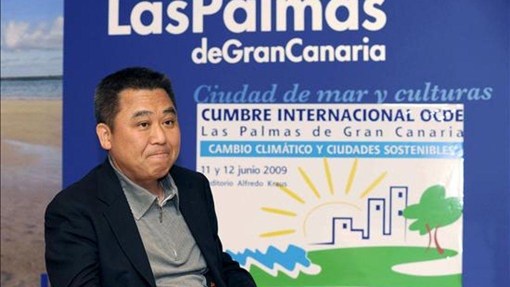 El alcalde de la ciudad nipona de Toyama, Masashi Mori, que participa en Las Palmas de Gran Canaria en la XI Cumbre Internacional sobre Cambio Climático y Ciudades Sostenibles, explicó en una entrevista a Efe, que Toyama es para la OCDE un modelo de desarrollo sostenible en materia de transporte que ha logrado duplicar en tres años el número de usuarios y reducir así la emisión de dióxido de carbono. EFE/Elvira Urquijo A.