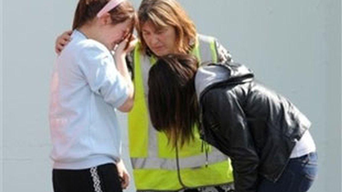 Familiares de uno de los mineros abatidos tras conocer la segunda explosión. Foto: AP