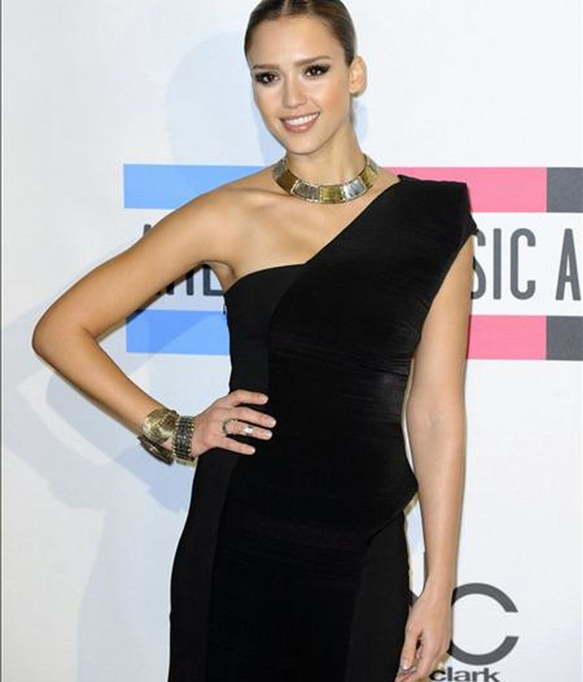 """Jessica Alba afirma estar contenta por hacer de """"tonta"""" en su próximo filme. En la imagen, la actriz estadounidense posa a su llegada a la 38 edición de entrega de los American Music Awards en Los Ángeles, California (EEUU). EFE/Archivo"""