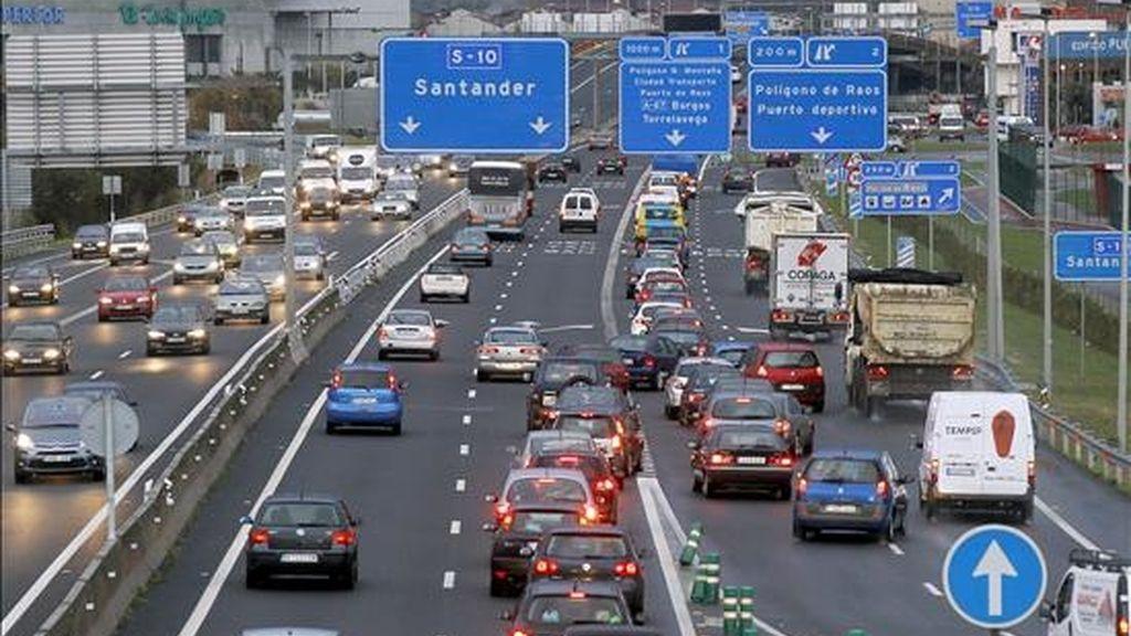 Aspecto que presenta esta tarde la autovia S-10, de entrada y salida de Santander, con motivo del puente de la Constitución. EFE