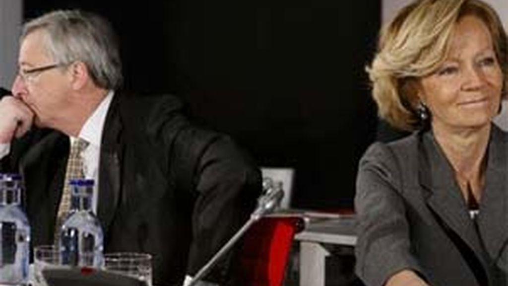 La vicepresidenta segunda del Gobierno y ministra de Economía y Hacienda, Elena Salgado, junto al presidente del Eurogrupo y primer ministro de Luxemburgo, Jean-Claude Juncker, al inicio de la reunión informal de este órgano, en Madrid. Foto: EFE