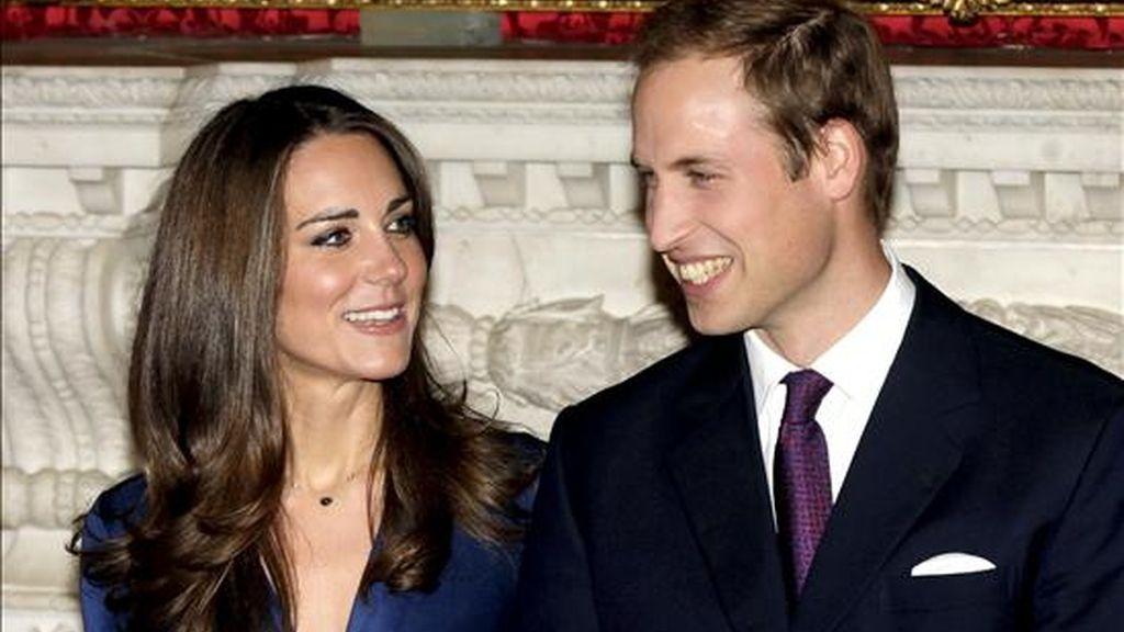 En la imagen, el príncipe Guillermo y su prometida Kate Middleton durante una sesíon de fotos con motivo de su compromiso en el Palacio St. James de Londres, Reino Unido. EFE